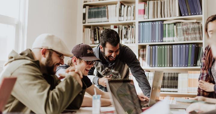 C'est bien simple, nos recherches nous ont amenés à conclure que tout le monde dans l'entreprise est responsable du bien-être au travail, de la direction au collaborateur en passant par les RH, le CHO et les managers.