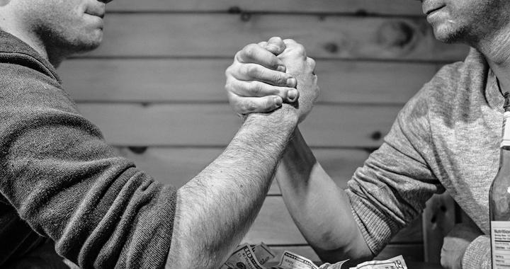 Le manager participe aux discussions au même titre que les employés et cherche à désamorcer les conflits dans le seul intérêt de l'entreprise.