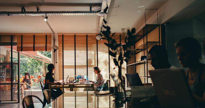 les espaces de travail, les rituels d'équipes, ... autant d'élément qui encourages les collaborateurs à se rapprocher et à développer avec le temps l'esprit d'équipe en entreprise