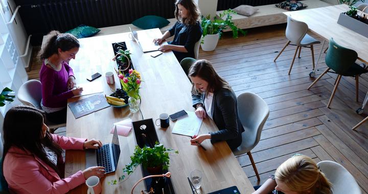 les bureaux individuels  ne peuvent plus satisfaire la volonté croissante de flexibilité du lieu de travail des collaborateurs, c'est pourquoi certaines entreprises adoptent le flex-office.