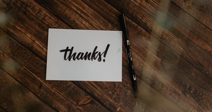 Manifester sa gratitude de façon indirecte et asynchrone facilite l'expression de la reconnaissance au travail