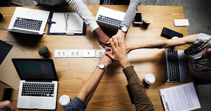 Télétravail ne signifie pas rupture du lien humain. Au contraire afin que le télétravail s'effectue dans les meilleures conditions et pour contribuer au bien-être au travail des collaborateur, il faut que les managers maintiennent et même renforcent le lien humain et l'esprit d'équipe.