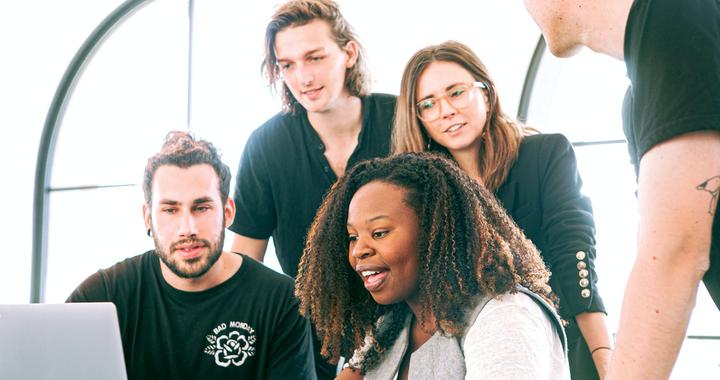 La culture d'entreprise est aussi et surtout ce qui unit tous les collaborateurs au sein de l'entreprise et favorise leur engagement au travail.